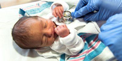 Läkare utan gränser kontrollerar en nyfödd